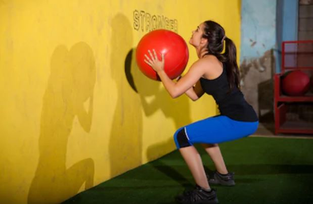 Benen en billen trainen met de Wall Ball-oefening